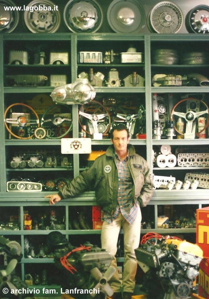Angelo Lanfranchi nel negozio di via Padova 157, anno 2004
