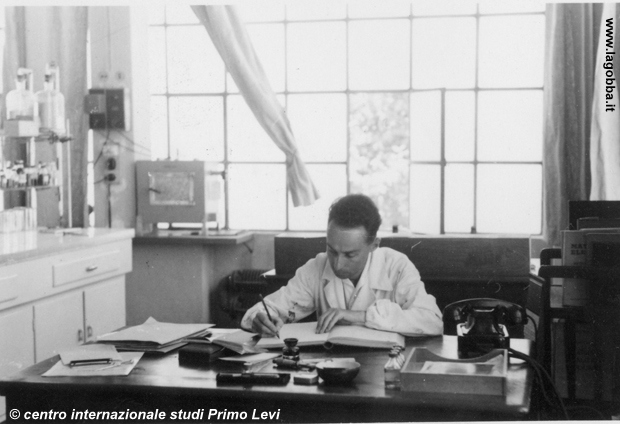 1952, Primo Levi alla scrivania nel suo laboratorio chimico