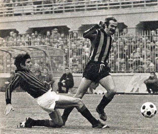 Anquilletti mentre contrasta Mzzola in uno dei numerosi derby che ha disputato.