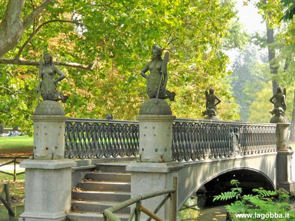 Il ponte delle sirenette ricostruito al parco