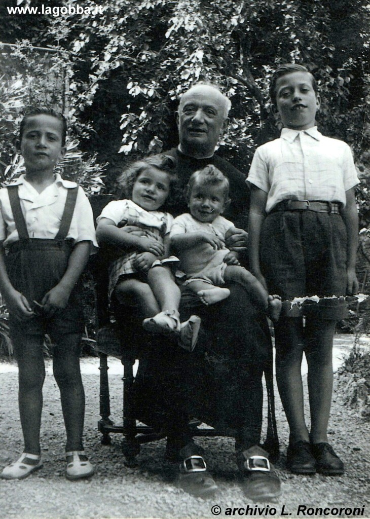 1946, Don Giuseppe Roncoroni nella villa di Cernobbbio con quattro pronipoti.
