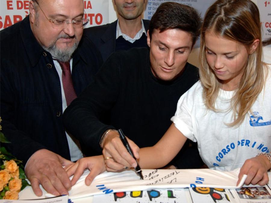 """Matteo Gildone . mei panni di presidente della """"Tazzinetta benefica"""" alla festa dei nonni con Xavier Zanetti"""