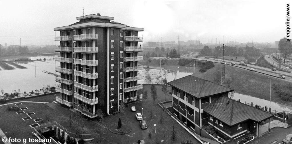 Il condominio ACLI di via Padova 353 circondato dalle acque del Lambro.