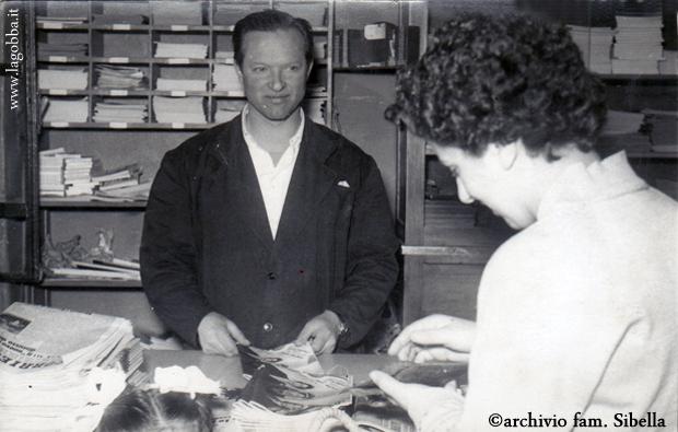 Piero Sibella con l'immancabile camice nero nel suo negozio