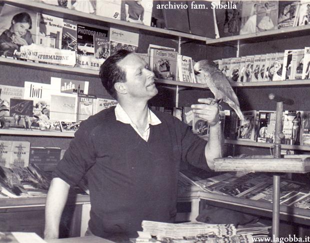 Il signor Pieronel suo negozio con Loreto